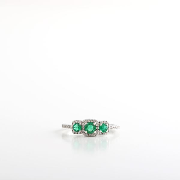 صورة Emerald & Diamond Ring